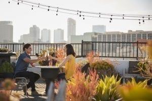 Twee mensen die op een terras wijn drinken